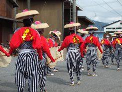太鼓と鉦の踊り子は、つま折笠に襦袢、縞のカルサン袴、白足袋に草草履