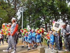 子どもらは、太鼓の踊り子と、ひょうたん型の作り物を持つ瓢振りに分かれて、踊りに参加