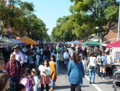 東近江市役所一帯で開かれた「東近江秋祭り」。メイン通りは歩行者天国で大勢の人がゆったりと買い物を楽しんだ
