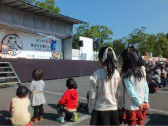 ステージでは県内唯一のプロの大道芸人「丸ちぇろ」さんが子どもたちを魅了していた