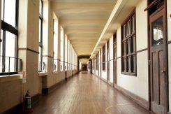 広く長い廊下が特徴。幅2.7m、長さ100m