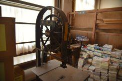 木工室(通常非公開)には丸鋸・帯鋸などの設備が整っている