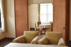 貴賓室(通常非公開)。照明や家具は当時のものを修理