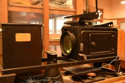 準備室には万能実物幻灯機(プロジェクター)や教育用X線装置など、珍しい装置や標本などが多数残されている