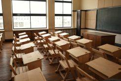 復元教室(通常非公開)では当時の教室の様子を再現。当時の図面通りに復元された机は、イスと一体になっている