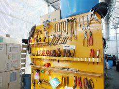 松村さん自作の道具掛けボード。ハウス内は常に整理整頓されている