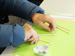 新聞紙や割箸などお金をかけず生活に密着した素材を使う