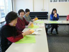 大きな折り紙を使うと高齢者でも作りやすいという