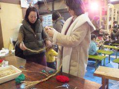 毛糸を編み込んだクリスマスリース風のしめ縄に挑戦