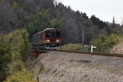 里山を駆け抜ける信楽高原鐵道。車窓からは四季折々の風景が楽しめる