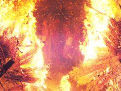 吹雪の中、火の粉も舞う