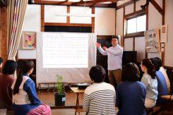 「ムラサキ」の歴史について語る前川さんその歴史は1360年前にまでさかのぼる