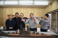 主催の奥田さん(右から2番目)と出品者のみなさん