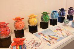 県観光キャンペーン「虹色の旅へ。」に合わせたデザイン