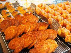 一つひとつ丁寧に焼き上げられたパンが並ぶ