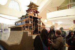 安土城の模型や屏風絵陶板壁画も展示されている