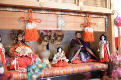 御簾越しに人形が飾られた「源氏棚」