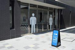 分りやすいデザインのトイレ入口