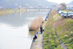早朝から訪れる釣り人の列