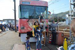 「ちはやふる」ラッピング電車の前で記念撮影
