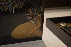錫粉で盛り上げられた「友治上(ゆうじあ)げ」による硯箱