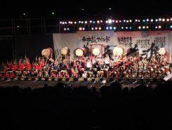祭りのフィナーレは「松平わ太鼓」と地元チームの競演 100人太鼓!