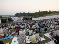 今年も大勢の観客が詰めかけ大盛況!芝生広場にシートを広げて、ピクニック気分で楽しめる