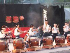 ステージで迫力ある演奏を響かせているのは、愛知県の和太鼓集団「松平わ太鼓」