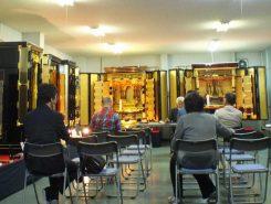 豪華な仏壇が並んでいる