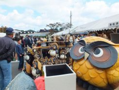 まつり最終日も、県内外からも大勢の陶器ファンが詰めかけ朝から会場は大賑わい