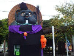 信楽駅前の大狸もハロウィン仮装でお出迎え。ぜひ秋の信楽へ「おいでやす」