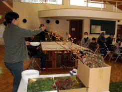 作り方や素材の説明をするNPO法人麻生里山センターのスタッフ