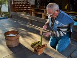 いよいよ長老が小刀で竹を割り、占いが始まる
