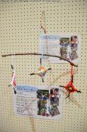 「冒険遊び場八幡を作る会」さんのブースでは木の枝を作ったモビールを制作