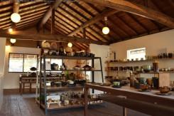 2階はショップスペースで、明山窯の作品はもちろん、信楽の作家さんの作品も取り扱われている