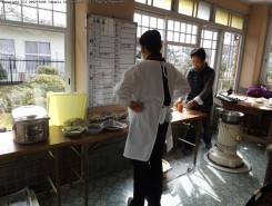 管理団体「オレガノ」メンバーが料理の準備。台所はブルーのタイルが使われていて、広くて明るい