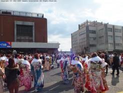 14:00からの式典を前に、会場前には華やかに着飾った新成人が集まりだした