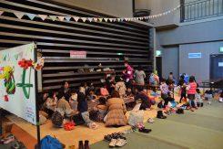 プレイコーナーでは工作や遊び場が設けてあり、子ども達が自由に楽しみ交流していた