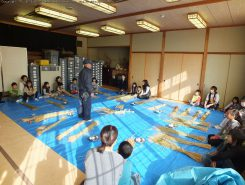 同館で年末の恒例となっている「しめ縄作り体験教室」