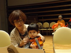 ヴァイオリンはあごではさんでね