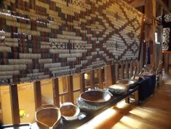チタラペ(花ござ)と器たち。チタラペは、ガマを使用して赤や黒に染めたシナノキで文様を編んだもの。祭壇や式場の壁を彩るための調度品