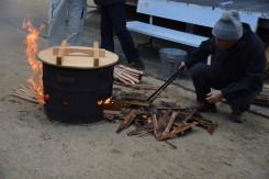 火種には古い神棚やお札や子ども達の書き初め、短冊なども使われる