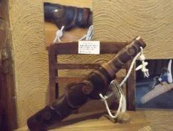 マキリ(小刀/藤戸幸夫さんの作品):狩猟や採集、木彫り、漁労など日常生活の必需品。アイヌ文様が施されている