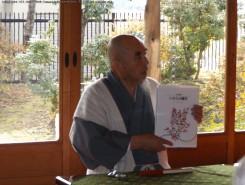 「淡彩画集 いのちの風光」を手に。西村氏の趣味は絵を描く事。友達は3人がベストだとか
