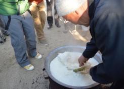 炊きあがったご飯の中から竹筒を取り出し、三宝(さんぽう)に乗せ毘沙門天に供える