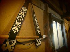 エムシアッ(刀を吊り下げる帯):男性が正装するときに使用。エムシと呼ばれる太刀を左脇にくるようにさげる。帯は女性によって編まれるのだとか