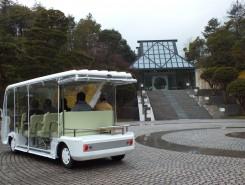 美術館棟へは電気自動車に乗って♪