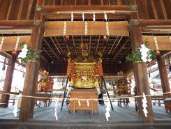 拝殿には出番を待つ神輿が並ぶ