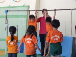 後半は鉄棒やマット、跳び箱を使ってトレーニング