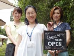 店長の加藤恵子さん(中央)とスタッフ